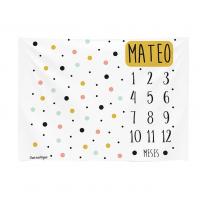 manta calendario con motas de colores ocre, negro , rosa claro y azul